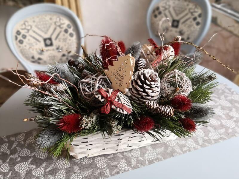 vánoční dekorace v košíku na stůl