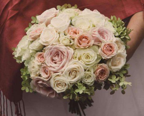 kulatá svatební kytice pro nevěstu s růžemi