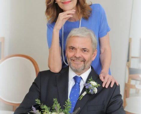 svatební foto novomanželů se svatební kyticí a korsáží