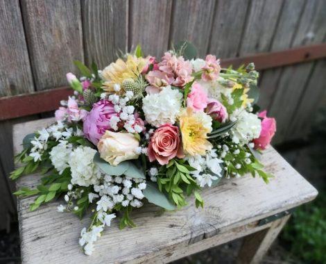 svatební květinová dekorace na stůl s pivoňkami