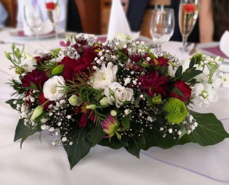 svatební květinová dekorace na stůl v barvách bordó z jiřin