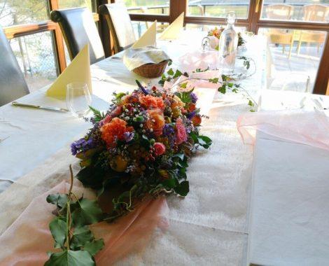 svatební květinová dekorace na stoly v podzimních barvách