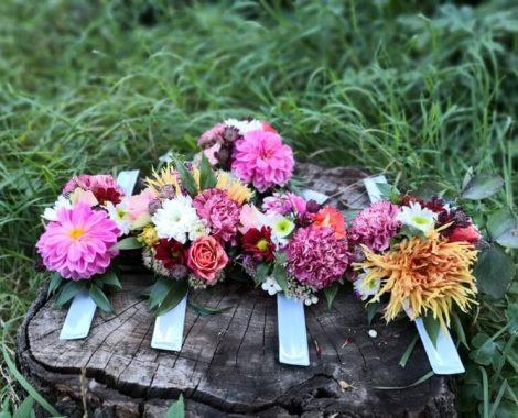 svatební květinové náramky pro družičky