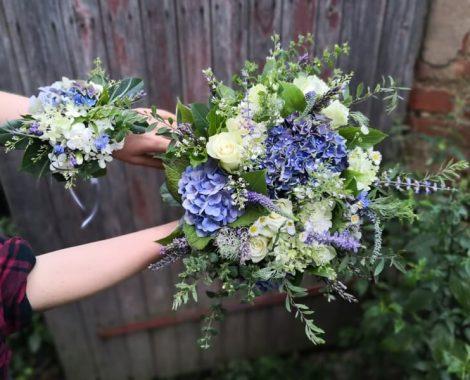 svatební květinový náramek se svatební kyticí modrá hortenzie