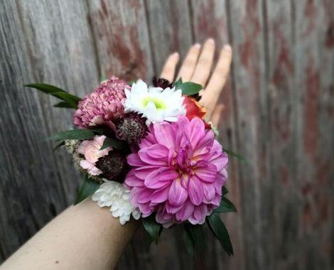 svatební květinový náramek z jiřin