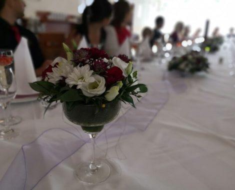 svatební květiny do skleniček v barvách bordó z jiřin