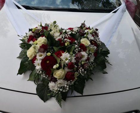 svatební květiny na auto v barvách bordó z jiřin