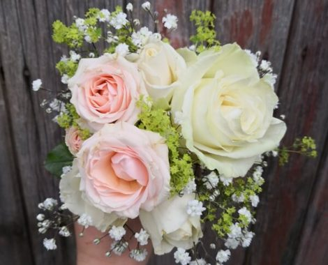 svatební kytice pro družičku s růží