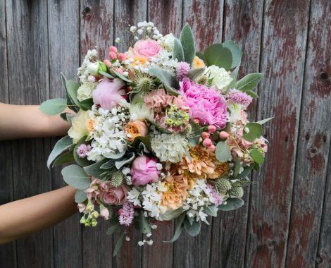 svatební kytice pro nevěstu s pivoňkami