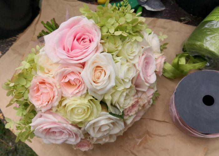 svatební kytice pro nevěstu s růžemi