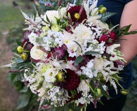 svatební kytice pro nevěstu v barvách bordó z jiřin