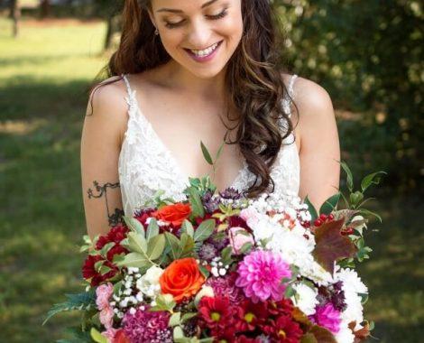 svatební kytice pro nevěstu z jiřin v lučním stylu