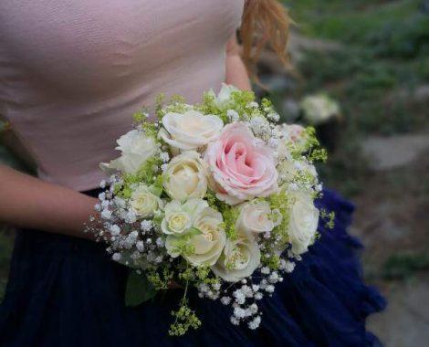 svatební kytice pro svědkyni s růžemi